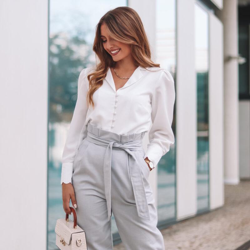 camisa branca, punhos ondulados, decote em V